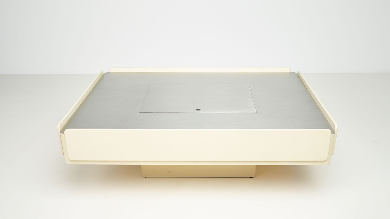 Caori low table by Vico Magistretti | Paradisoterrestre
